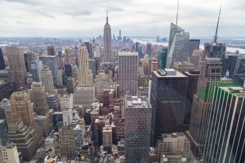 纽约地平线鸟瞰图与摩天大楼的多云天 免版税图库摄影