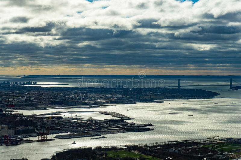 纽约地平线鸟瞰图从天空的在一阴天 库存照片