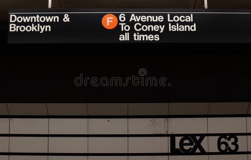 纽约地铁标志墙壁瓦片列克星敦第63 MTA在NYC驻地的地铁平台 免版税库存照片