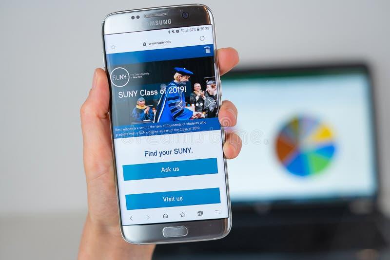 纽约州立大学网站在手机屏幕的 免版税库存图片