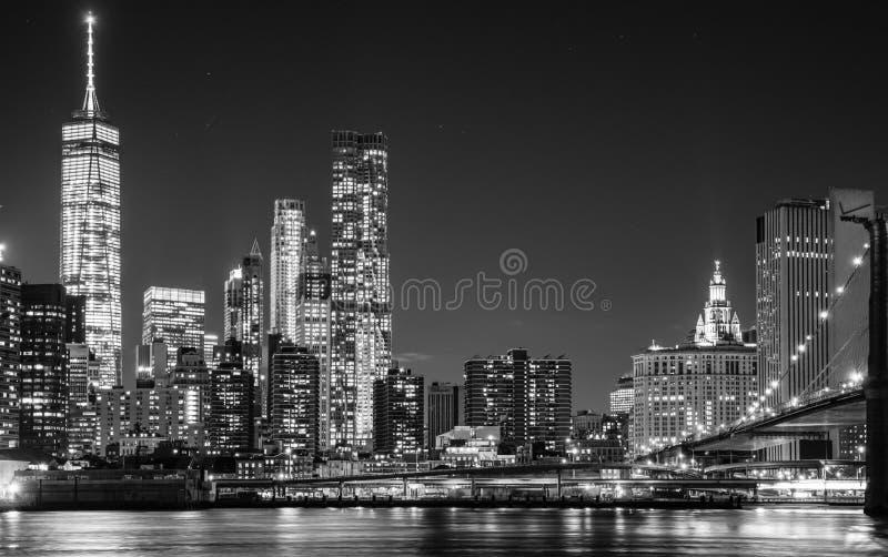 纽约摩天大楼的夜视图从Brookl的 免版税图库摄影