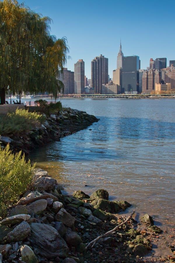 纽约曼哈顿中城地平线看法从长岛市台架广场国家公园的 2018年11月 图库摄影
