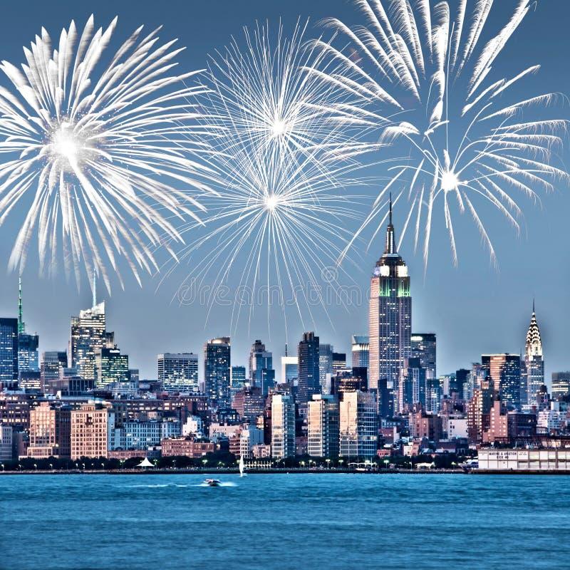 纽约曼哈顿地平线在晚上,烟花在背景中,美国美国庆祝和党 免版税库存图片