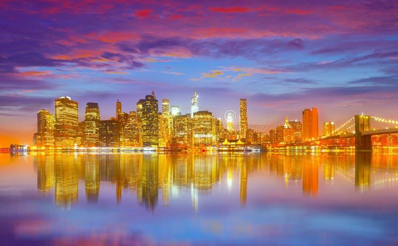 纽约有布鲁克林大桥的夜全景 免版税库存图片