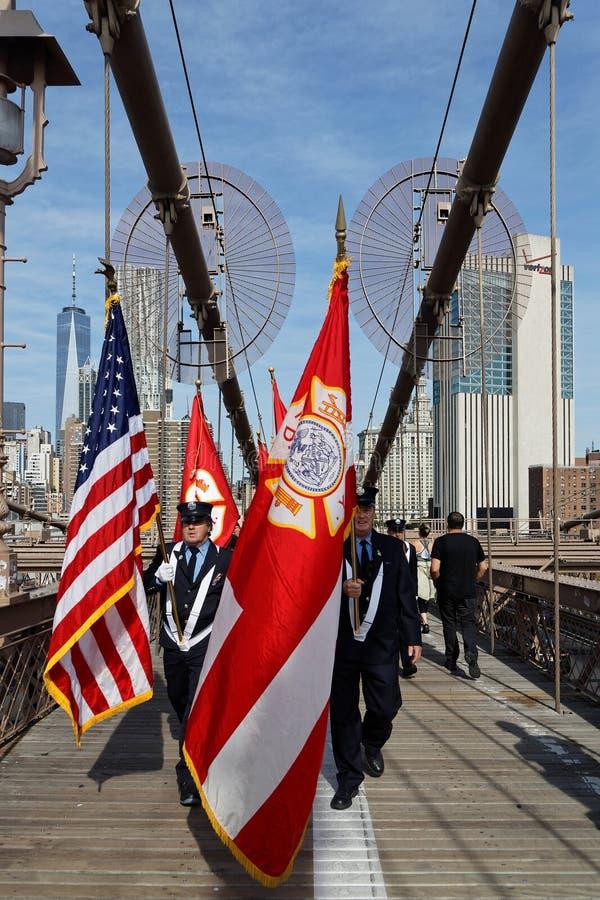 纽约的消防员布鲁克林大桥的为阵亡将士纪念日 库存照片