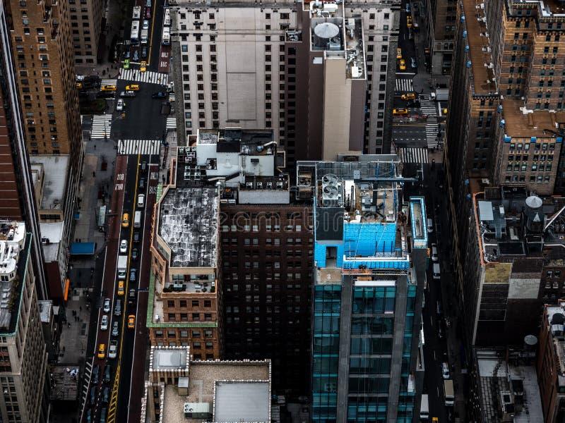 纽约街道从上面看见与建筑学和黄色出租汽车 库存照片
