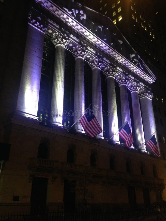 纽约证券交易所大厦在晚上在曼哈顿 免版税图库摄影
