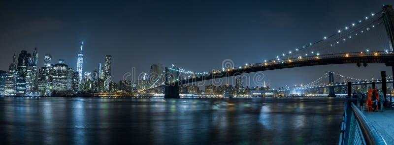纽约都市风景从布鲁克林的夜视图 库存照片