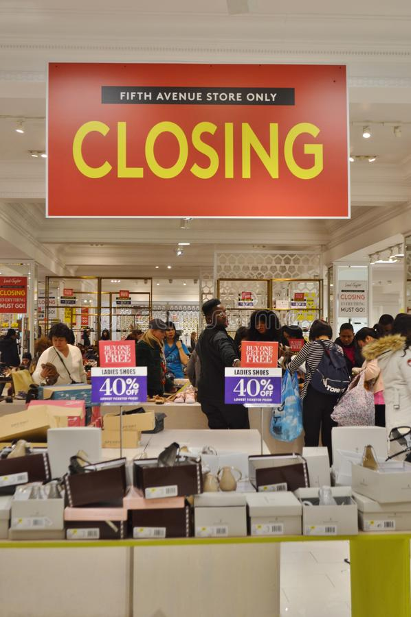 纽约零售关闭出于企业清盘公告人购物的百货店阁下和泰勒 免版税库存图片