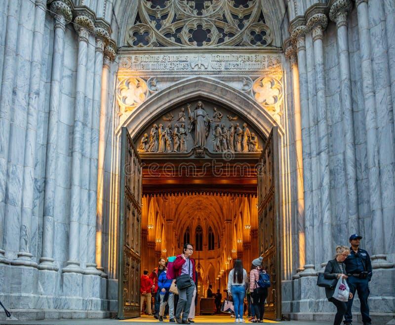 纽约,圣帕特里克斯大教堂入口的人们 曼哈顿街市 免版税图库摄影