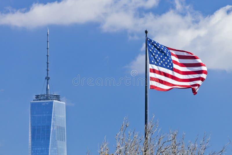 纽约,在更低的曼哈顿和美国旗子的美国自由塔 免版税库存图片