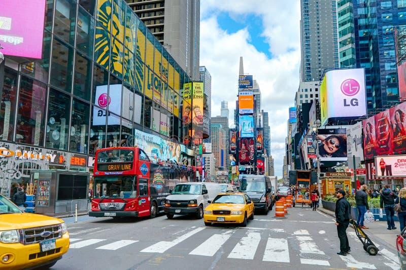纽约,曼哈顿, 2013年10月, 25日:NYC时代广场点燃屏幕大厦时尚精品店建筑学和广告l 免版税库存照片