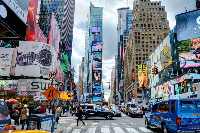 纽约,曼哈顿, 2013年10月, 25日:NYC时代广场点燃屏幕大厦时尚精品店建筑学广告被带领的s 免版税库存图片
