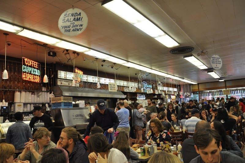 纽约,第19威严:人大量在Katzs从曼哈顿的熟食牛排餐厅在纽约 图库摄影