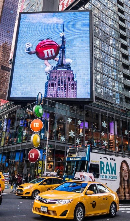 纽约,纽约/2014年11月4日:百老汇给广告牌赋予生命 库存图片