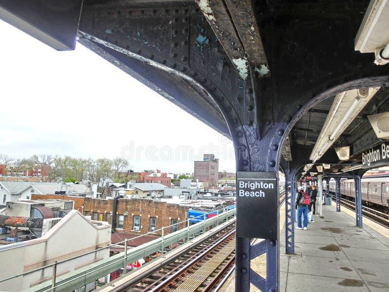 纽约,美利坚合众国- 2016年5月02日:布赖顿海滩MTA地铁站在一冬天` s天 库存照片