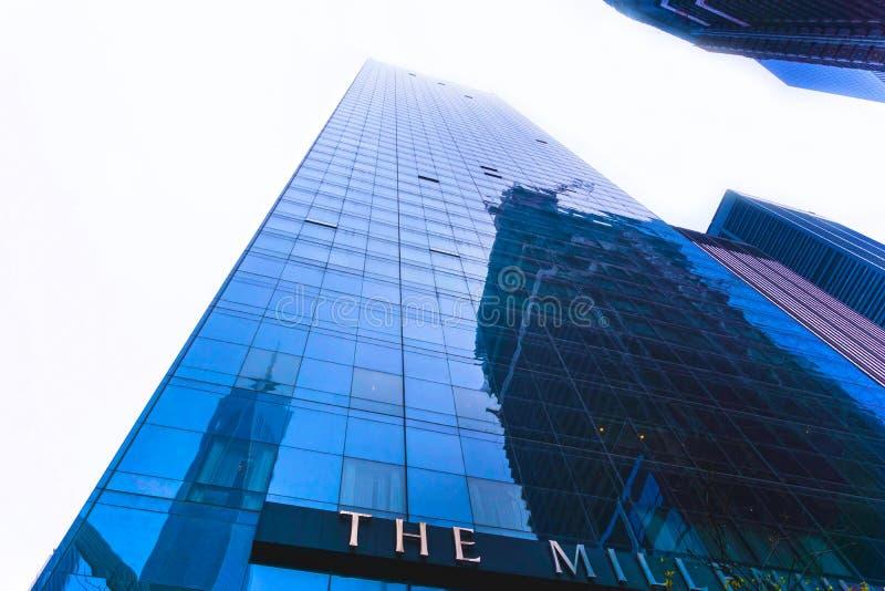 纽约,美利坚合众国- 5月01,2016 :与自由塔和WTC站点的千年希尔顿饭店 库存照片