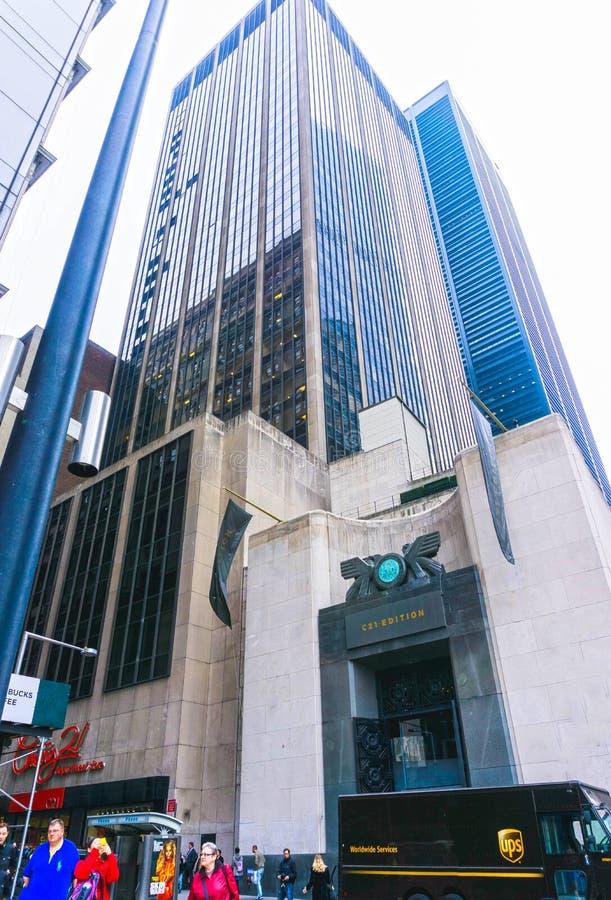 纽约,美利坚合众国- 5月01,2016 :人们在世纪21百货商店之前走在曼哈顿,纽约 免版税库存图片