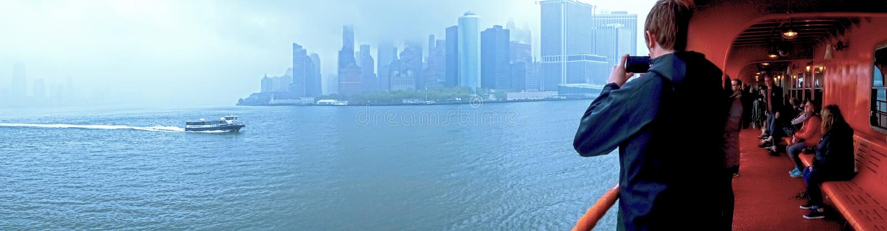 纽约,美利坚合众国- 5月03,2016 :有轮渡和飞机的纽约从港口 免版税库存图片