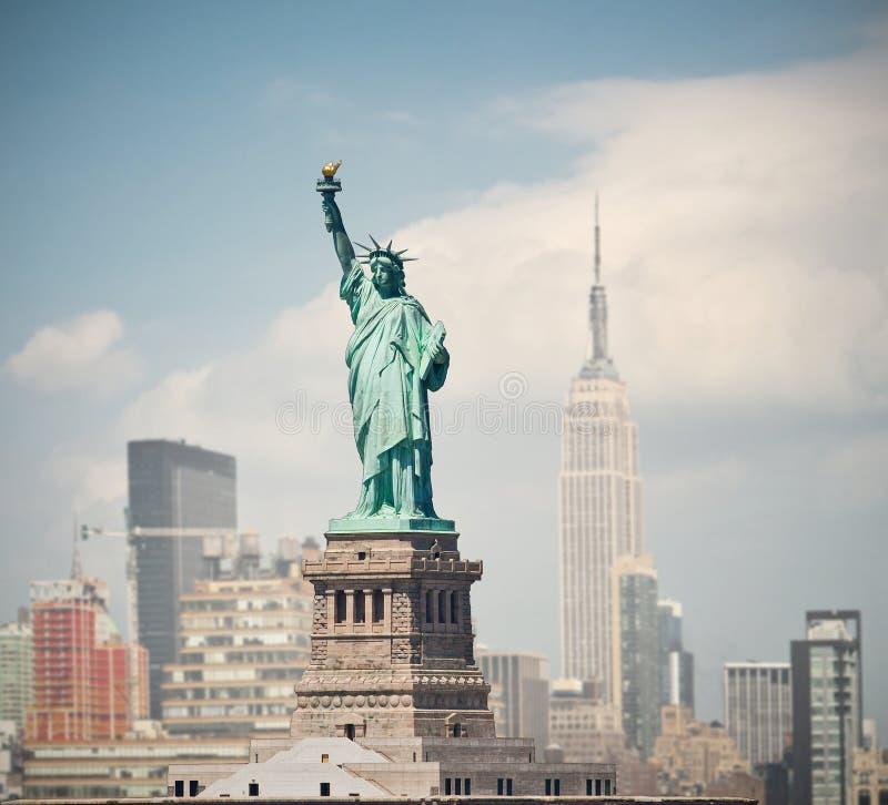 纽约,美国有自由女神象的地平线全景 库存图片