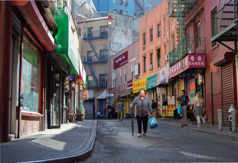 纽约,美国, 2016年9月:通过在一条商业街的人们在唐人街 免版税库存图片