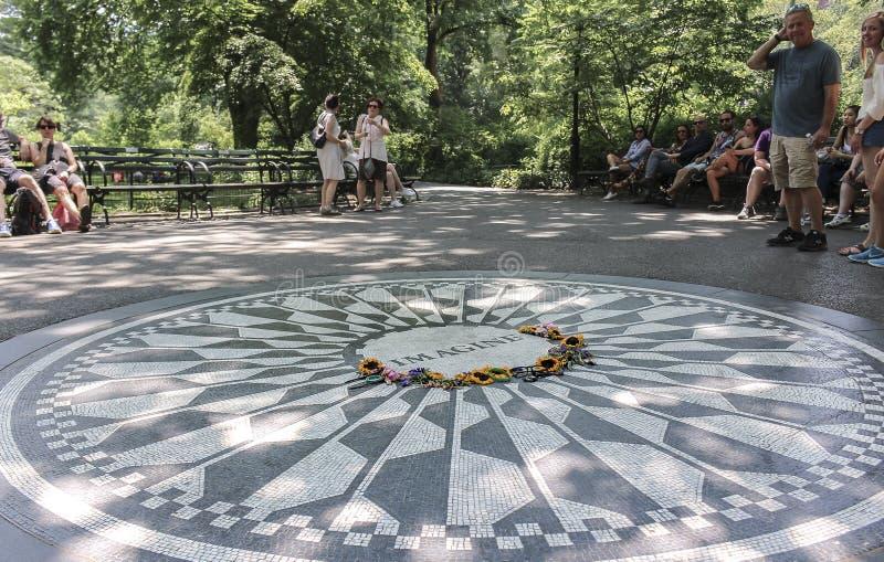 纽约,美国;2017年6月,22日:位于中央公园的约翰・列侬纪念品 免版税库存照片