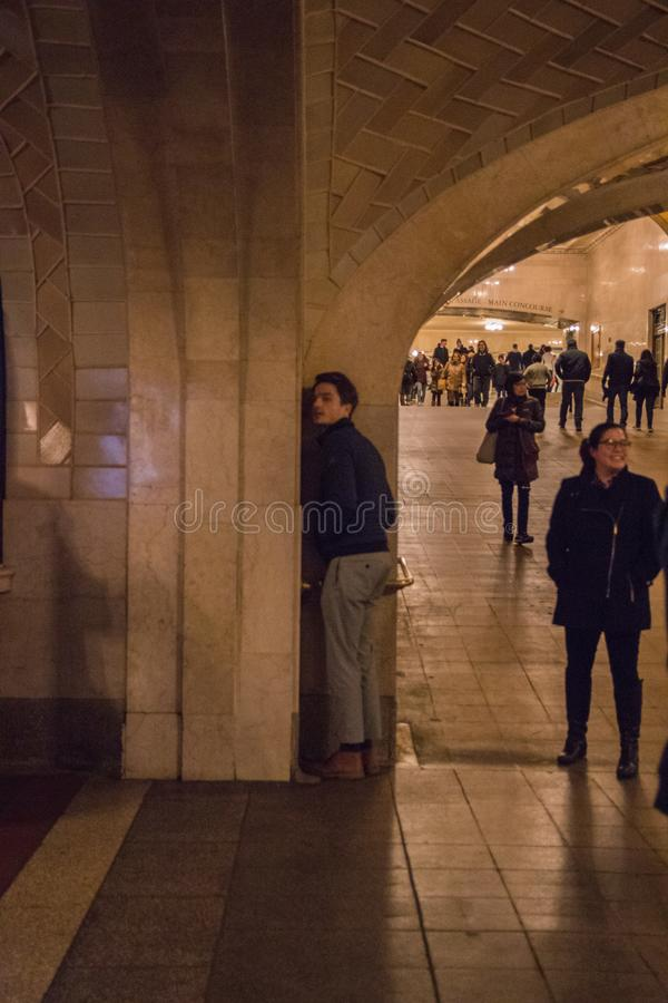 纽约,美国- 2019年1月3日, 中央全部终端 里面内部 回音廊的人们 库存照片