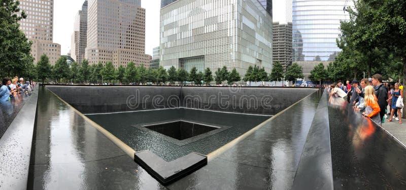 纽约,美国- 2018年7月19日:参观全国9月11日纪念品的游人在曼哈顿, NYC 图库摄影