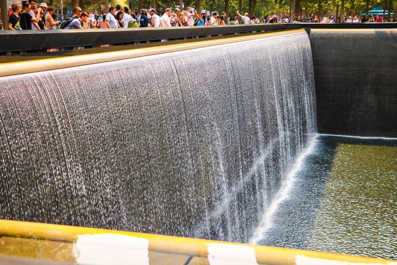 纽约,美国- 2018年9月2日:喷泉的抽象看法在9 11纪念品的 曼哈顿新的美国约克 免版税库存图片