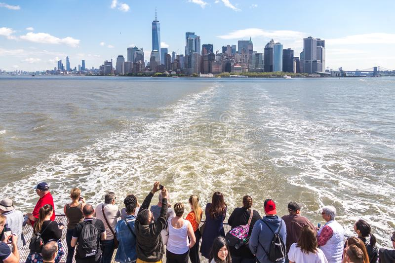 纽约,美国- 2019年5月16日:在一艘渡轮的人航行有曼哈顿地平线看法  库存照片