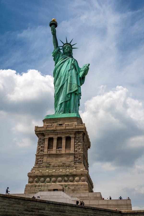 纽约,美国- 2019年6月7日:在自由岛特写镜头的自由女神像与天空蔚蓝在纽约曼哈顿-图象 免版税库存图片