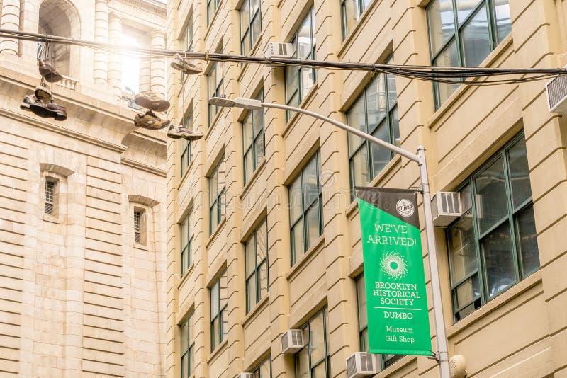 纽约,美国- 2018年4月28日:垂悬的鞋子在Dumbo,布鲁克林 库存图片