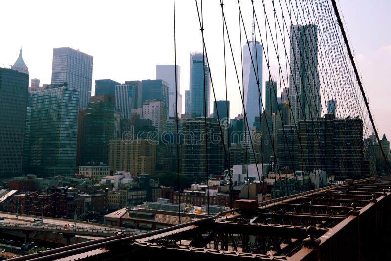 纽约,美国- 2018年9月2日:布鲁克林大桥和曼哈顿看法从East河 免版税库存图片