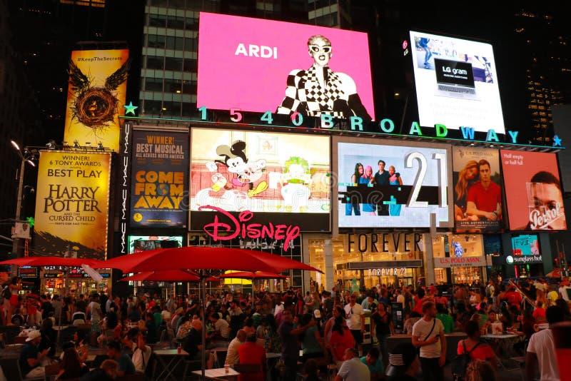 纽约,美国- 2018年8月31日:时报广场在与生气蓬勃的LED标志的晚上 库存照片