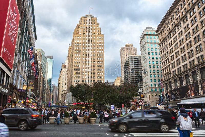纽约,美国- 2017年11月3日:百老汇和第34条街道,曼哈顿中间地区的交叉点 库存图片