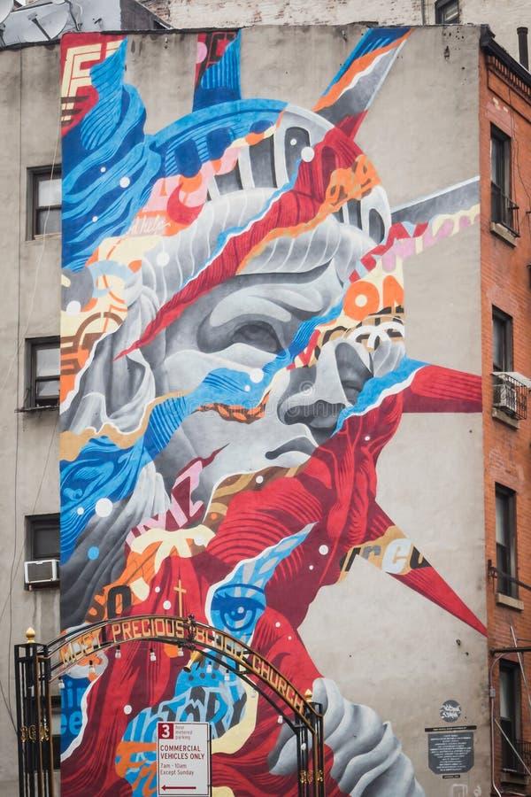 纽约,美国- 2018年2月23日:自由女神像的巨型街道艺术在一个大厦的墙壁上的在一点意大利曼哈顿 库存照片