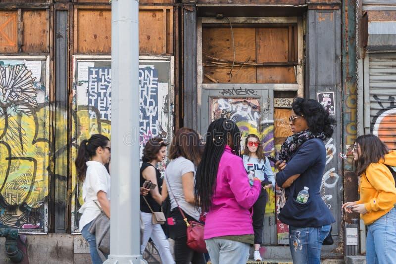 纽约,美国- 2018年4月28日:Dumbo,布鲁克林,纽约街道的人们  免版税库存照片