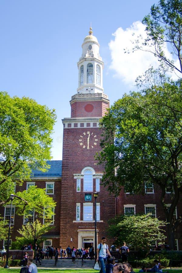 纽约,美国2016年9月7日:布鲁克林学院校园草坪w 免版税库存图片