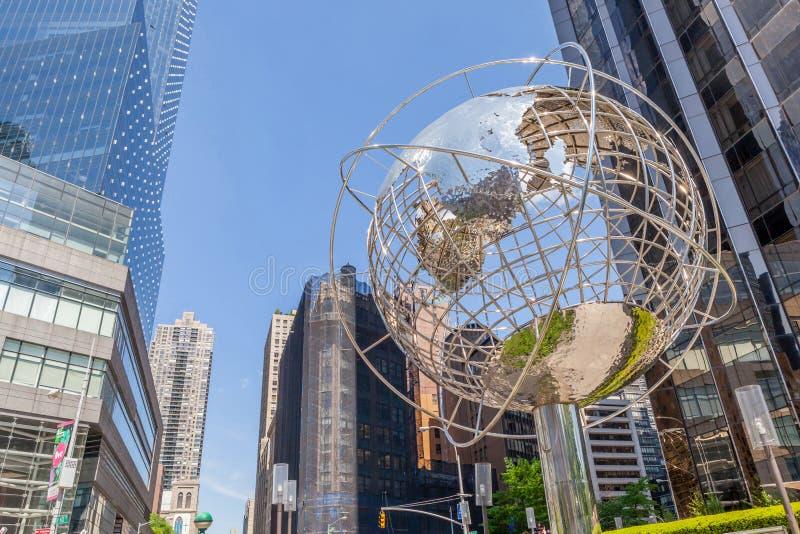 纽约,美国2014年5月20日 在entran附近的地球雕塑 免版税库存照片