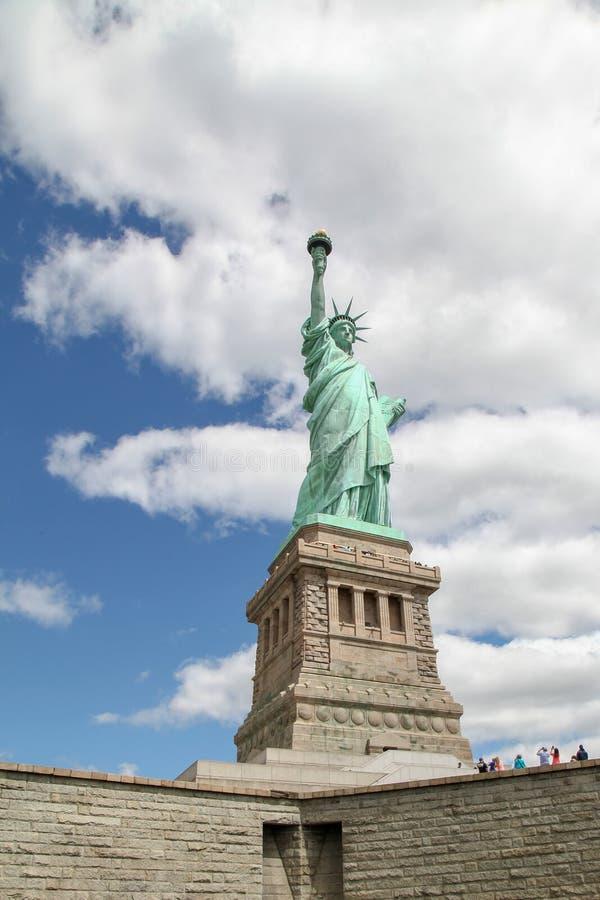 纽约,美国6月15日2018年:游人拍自由女神像是美国地标有著名在纽约的照片,美国 免版税库存图片