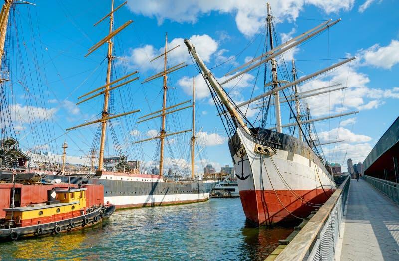 纽约, 2013年10月, 25日:在NYC曼哈顿码头的看法有没有风帆白色的老时尚海帆船小船的飞过 纽约b 免版税库存照片