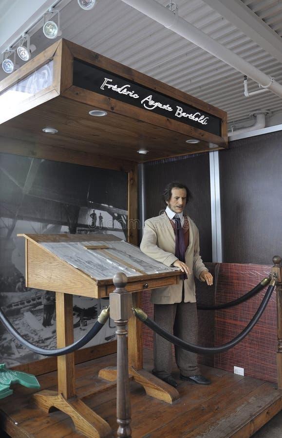 纽约, 8月2日:在纪念品店的Bartholdi形象从自由女神像海岛在纽约 库存图片
