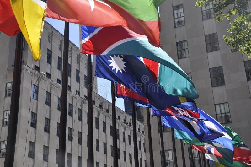 纽约, 8月2日:旗子从洛克菲勒广场关闭在曼哈顿纽约 免版税图库摄影