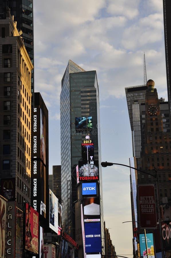 纽约, 7月3日:时代广场在夜之前在从纽约的曼哈顿中城在美国 库存照片