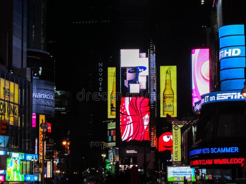 纽约, NY,美国- 2011年3月7日:在时代广场的夜场面在纽约 库存图片