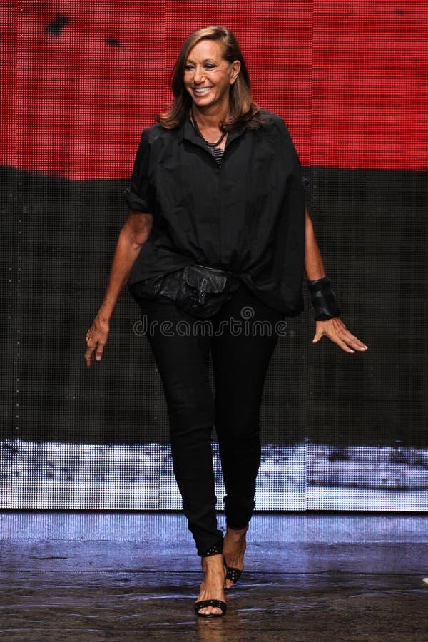 纽约, NY - 9月08日:唐娜Karan在提出她的唐娜Karan纽约SS2015汇集以后招呼观众 免版税图库摄影