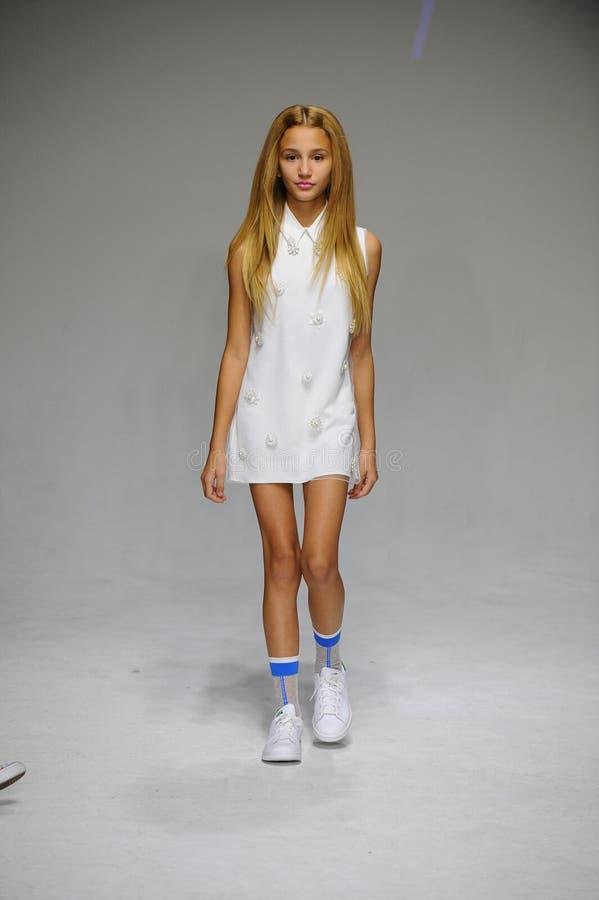 纽约, NY - 10月19日:在健美的年轻人预览期间的跑道背景在petitePARADE哄骗时尚星期 图库摄影
