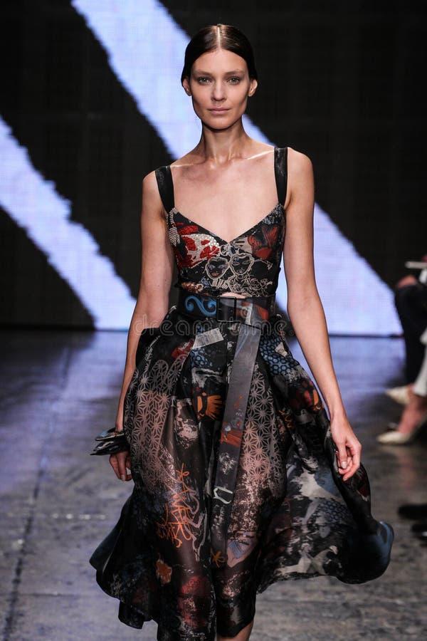 纽约, NY - 9月08日:式样卡提市Nescher步行唐娜Karan春天2015时装表演的跑道 图库摄影