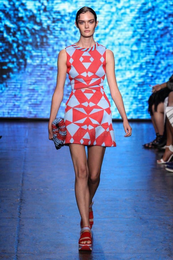纽约, NY - 9月07日:式样山姆Rollinson步行DKNY春天2015时尚汇集的跑道 库存照片