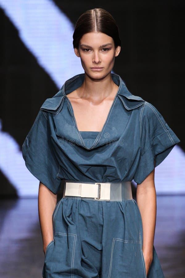 纽约, NY - 9月08日:式样Ophelie Guillermand步行唐娜Karan春天2015时装表演的跑道 免版税库存照片